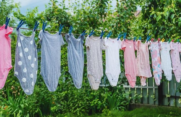 I vestiti del bambino vengono asciugati all'esterno. messa a fuoco selettiva. natura.