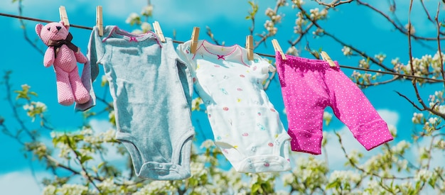 I vestiti del bambino si stanno asciugando per strada