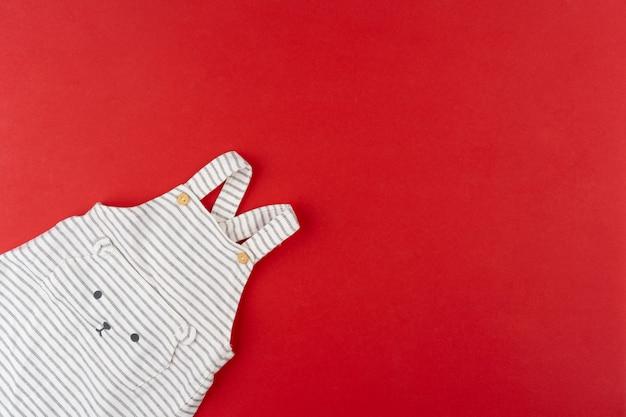 Il bambino copre la vista superiore su rosso
