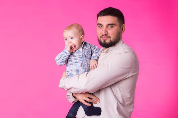 Bambino nelle mani di papà.