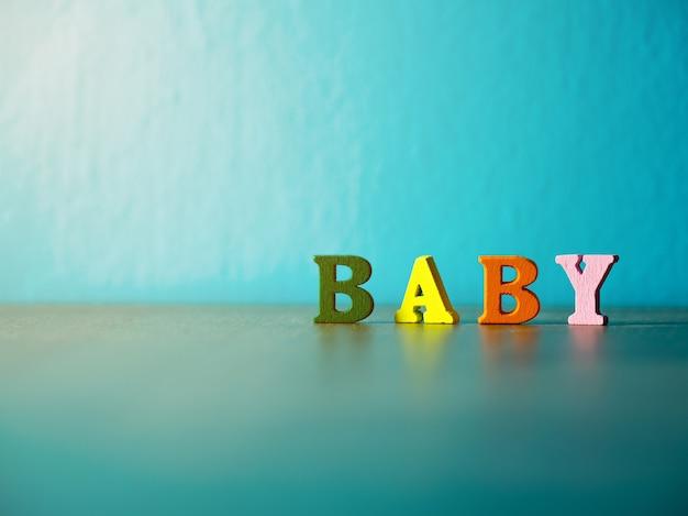 Bambino. alfabeto inglese fatto di colore della lettera in legno. bambino di alfabeto sulla tavola di legno