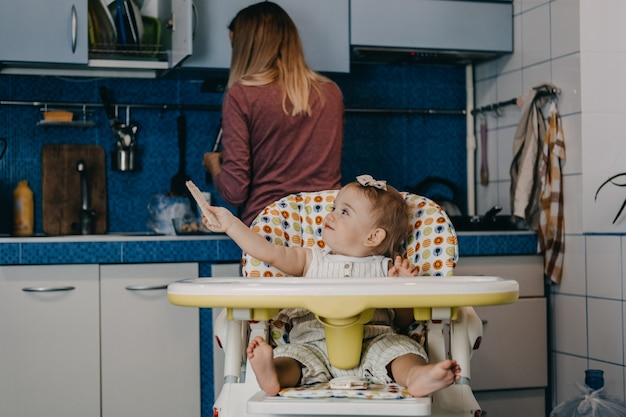 Alimentazione del bambino migliori finger food per bambini piccoli bambina bambina con cracker di cereali con pane croccante