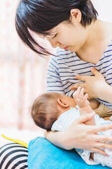 Il bambino si nutre del latte materno della madre
