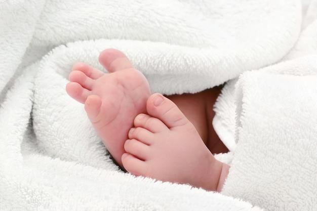 Piedi del bambino in un asciugamano