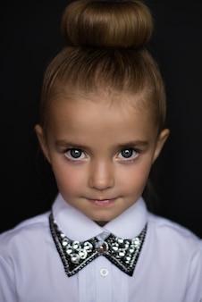 Bambina da adulta, su sfondo nero, gioielli, collana