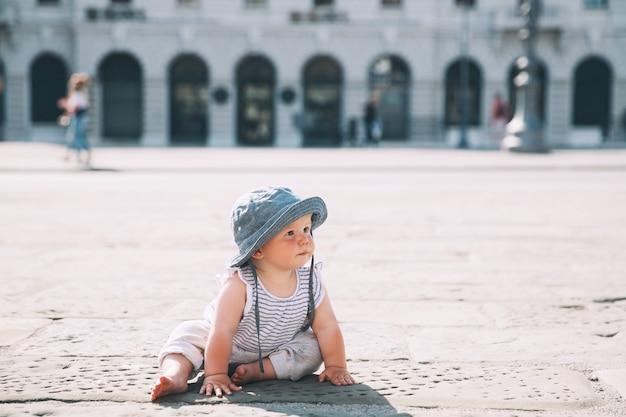 Bambina che striscia su una strada di una città europea a trieste italia europa bambino all'aperto in una città