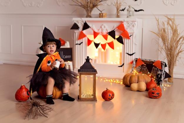 Bambina in costume da strega di halloween