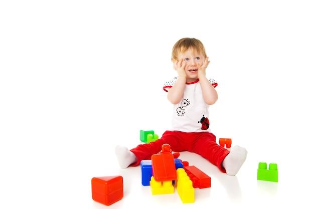 La bambina sta giocando con i giocattoli educativi