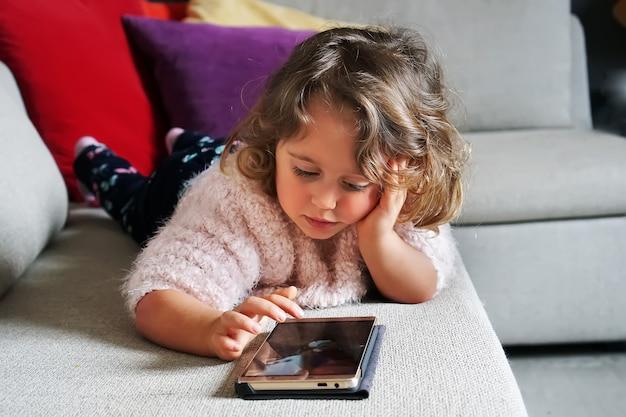 Bambina e telefono cellulare