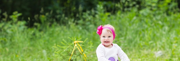 Neonata che gioca sull'erba verde, primo piano picnic in famiglia.