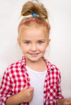 Bambina su un bianco sorride