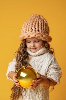 Bambina con le palle di natale nelle sue mani