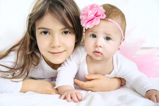 Bambina con la sorella maggiore