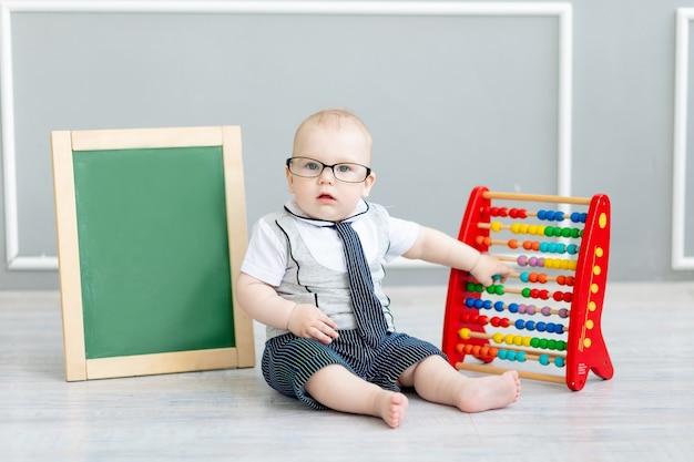 Bambino in bicchieri con punteggi e lavagna con spazio per il testo, la scuola e il concetto di apprendimento learning