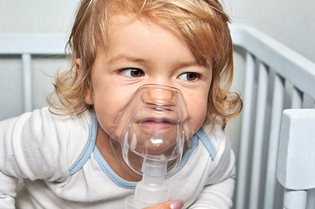 Il bambino respira con una maschera speciale.