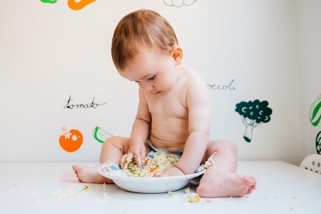 Lo svezzamento guidato dal bambino è un metodo di alimentazione complementare in cui il bambino stesso, a partire dai 6 mesi di età, porta alla bocca i cibi interi.