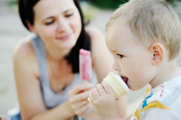 Bambino e mamma che mangiano il gelato