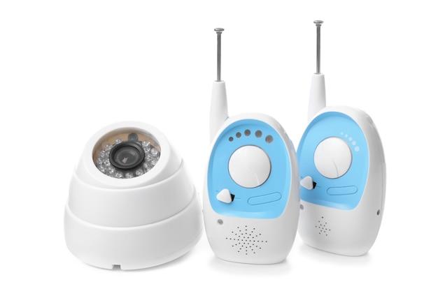 Unità baby monitor e videocamera su bianco. tata radiofonica e video