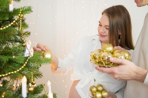 Bambino per il nuovo anno. coppia incinta nel periodo natalizio.