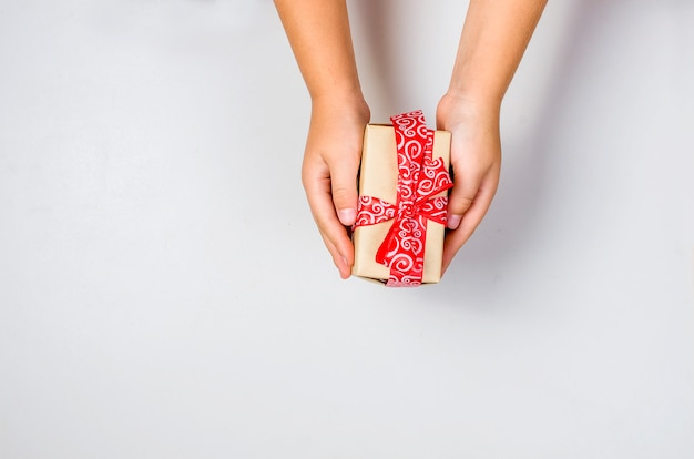 Il bambino confeziona un regalo fatto a mano.