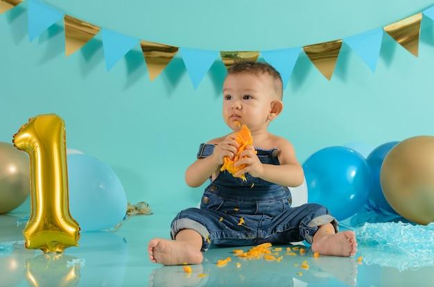 Bambino in una sessione fotografica che mangia mango