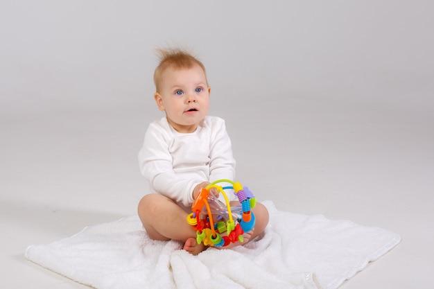Bambino che gioca giocattolo colorato isolato su uno sfondo bianco