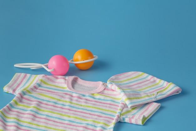 Prodotti per bambini su sfondo blu