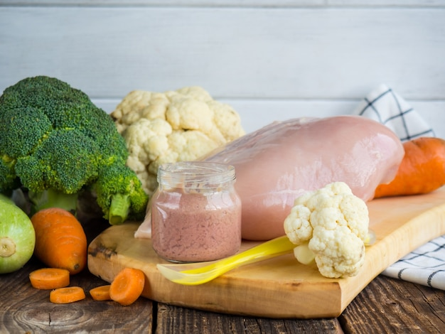 Purea di zucchine fresche, pollame e broccoli in un barattolo. cibo per neonato.