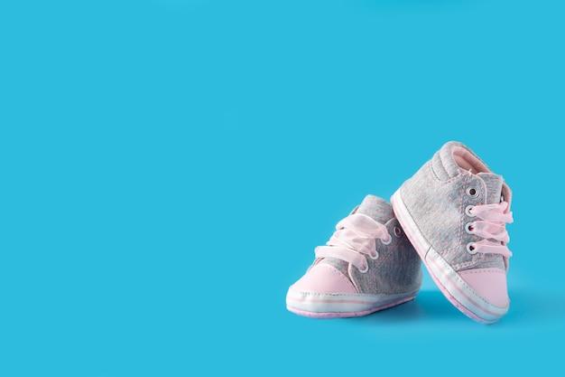 Scarpe per bambini sulla superficie blu