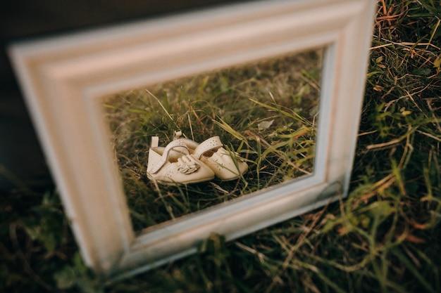 Scarpe per bambini in cornice per foto