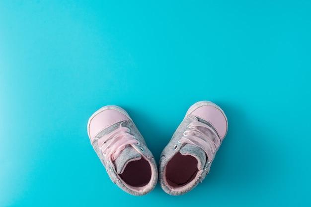 Vista dall'alto di scarpe bambino