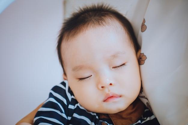 Il bambino dorme nel petto della mamma