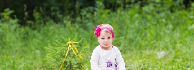 Baby smile picnic weekend giocoso natura con la famiglia
