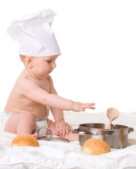 Bambino, cucchiaio, pentola e pane isolati su bianco