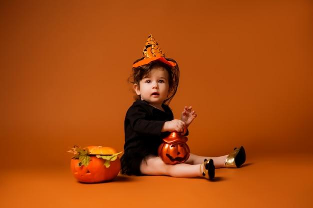 Bambino in costume da strega per halloween