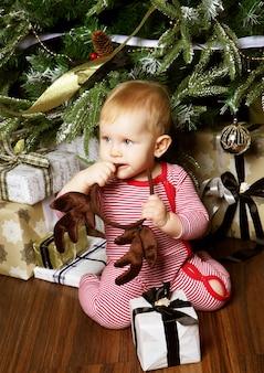 Bambino con sfondo di natale. felice anno nuovo!