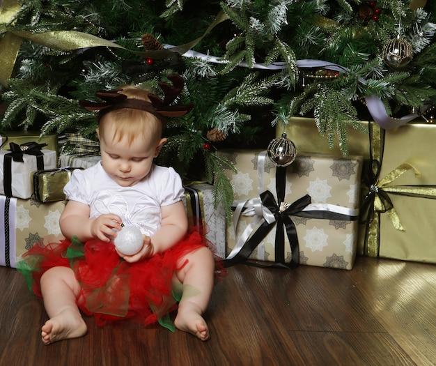 Bambino con sfondo natalizio. buon anno!