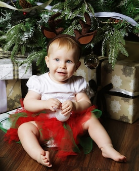 Bambino con albero di natale e regali