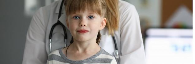 Bambino con il medico in clinica
