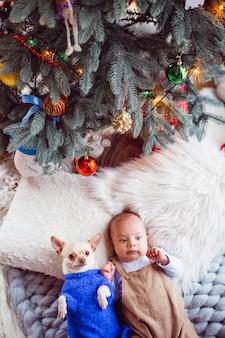 Il bambino con il cane giace sul tappeto