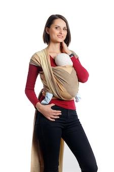 Babywearing attraente giovane madre con bambino in marsupio intrecciato mani libere
