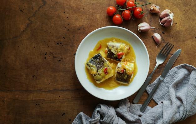 Bacalao al pil pil, merluzzo salato in salsa di olio d'oliva emulsionato, cucina spagnola, paese basco