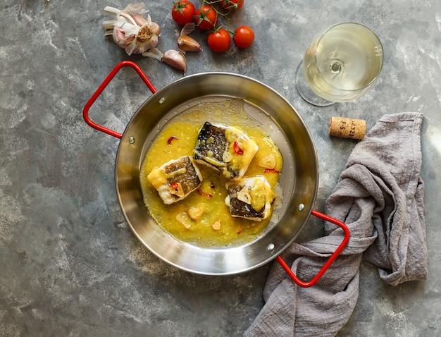 Bacalao al pil pil, baccalà in salsa di olio d'oliva emulsionato, cucina spagnola, paese basco