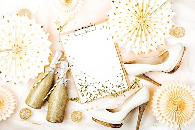 Organizzatore di addio al nubilato. appunti e scarpe da donna con decorazioni dorate. concetto di vacanza alla moda piatto, vista dall'alto.