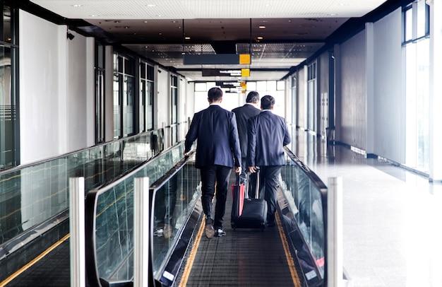 Il retro dell'uomo d'affari parla e cammina sull'ascensore