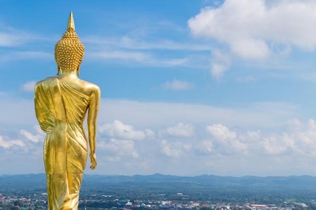 La parte posteriore del buddha dorato al tempio di khao noi, nan, tailandia