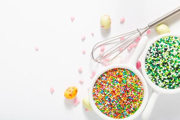 Indietro terra zucchero gelato colorato concetto di decorazione alimentare su con sfondo