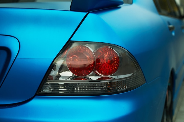 Luce posteriore dell'automobile blu
