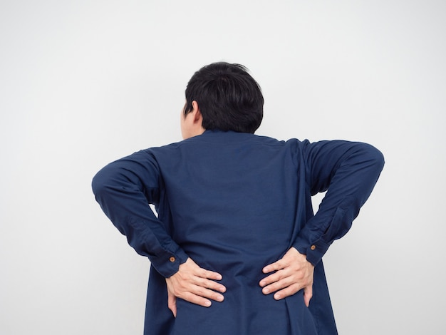 Retro dell'uomo che si sente ferito il suo concetto di sindrome del back office ritratto sfondo bianco
