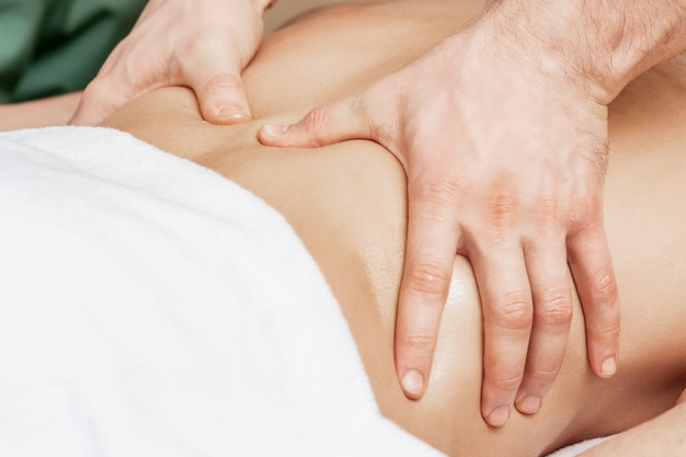 Massaggio alla schiena sulla schiena dell'uomo.